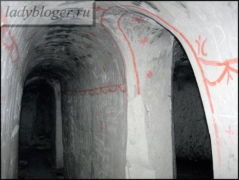 Охряные узоры вдоль стен