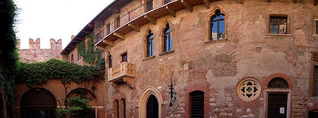 Тот самый легендарный балкон Джульетты в Вероне